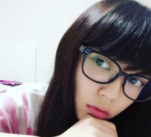 メガネをかけた山谷花純