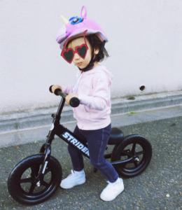 バイクに乗る鈴木えみの子供